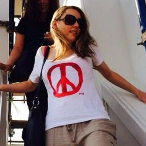 3/$30 SCOOP white cotton tshirt red Peace sign